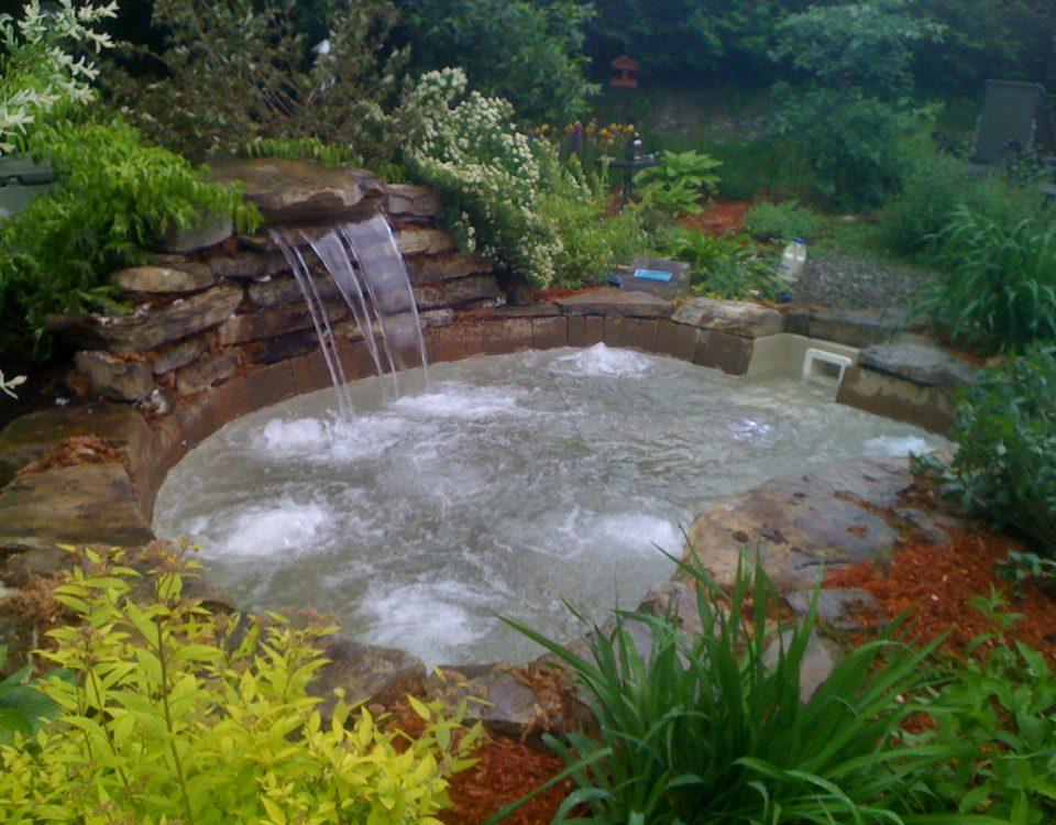 Magnifique aménagement paysager petit point d'eau et chute