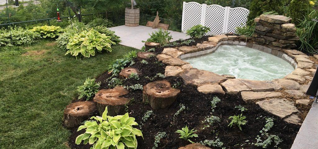 Aménagement paysager d'un jardin avec un spa
