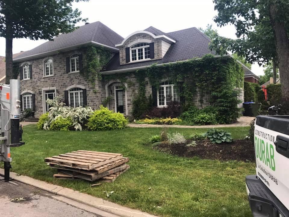 Maison centenaire avec de la végétation sur le revêtement