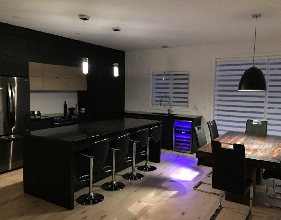 Faire rénover sa cuisine avec un bar et des comptoirs noirs