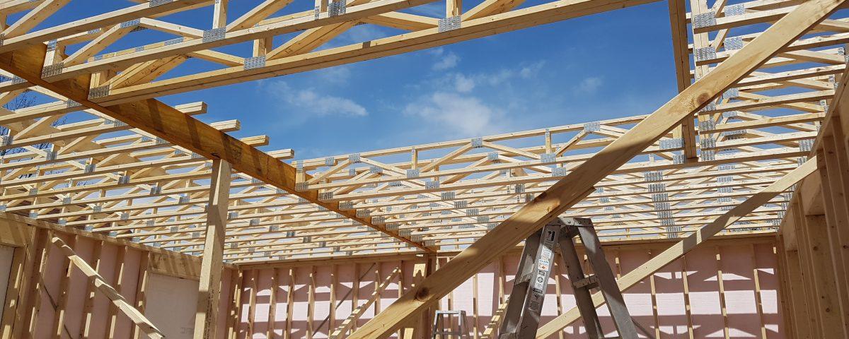 Structure de toit dans un chantier de maison en construction